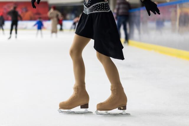 フィギュアスケート をする女性の足