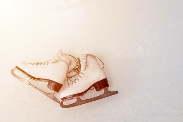セピア色のフィギュアスケート靴