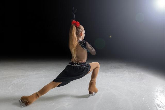 フギュアスケートをする女性