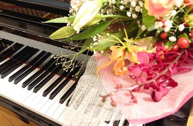 ピアノの上の花束