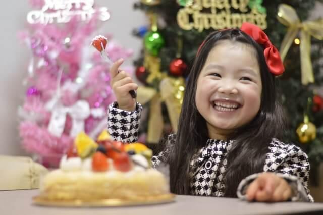 女の子とクリスマスケーキ