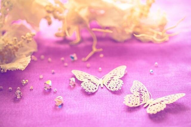 蝶の飾りと紫の敷布