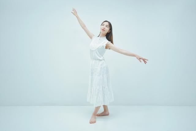 ダンスを踊る女性